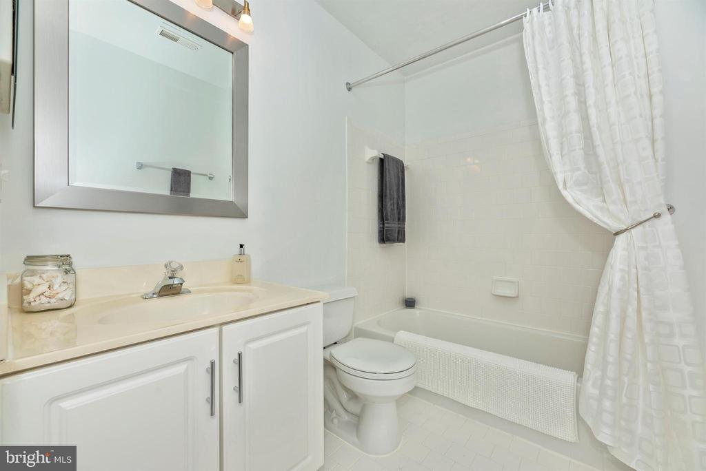 Upper level full hall bathroom. - 5835 RIVER OAKS CT, FREDERICK