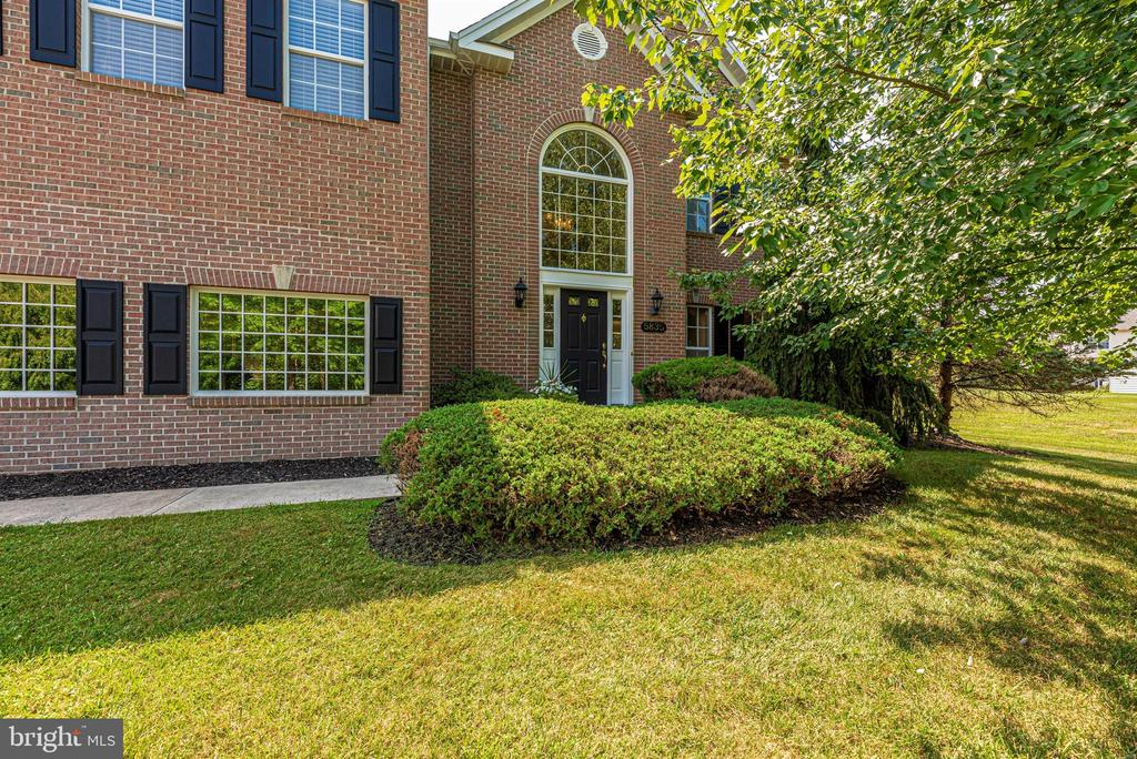 Great curb appeal - meticulously maintained. - 5835 RIVER OAKS CT, FREDERICK