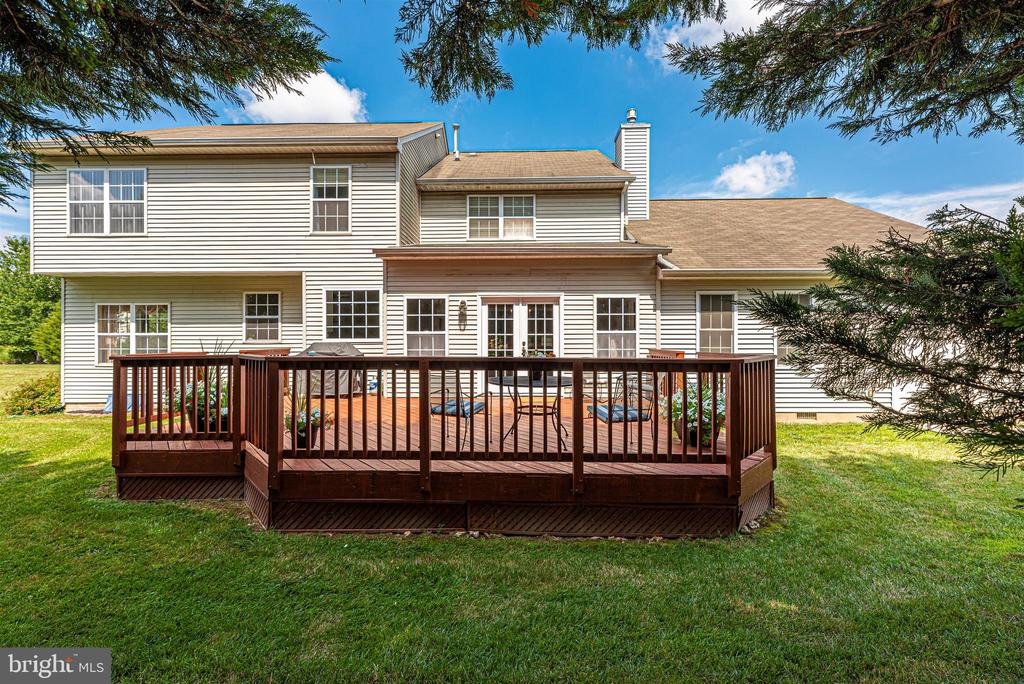 Large rear deck - great for entertaining. - 5835 RIVER OAKS CT, FREDERICK