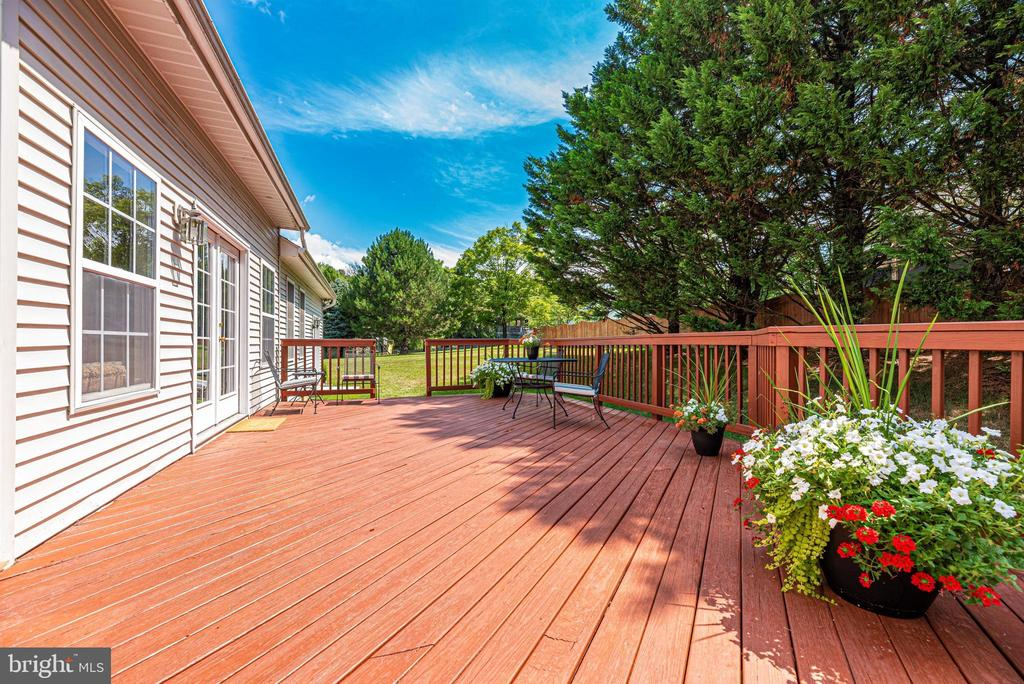 Large rear deck. - 5835 RIVER OAKS CT, FREDERICK