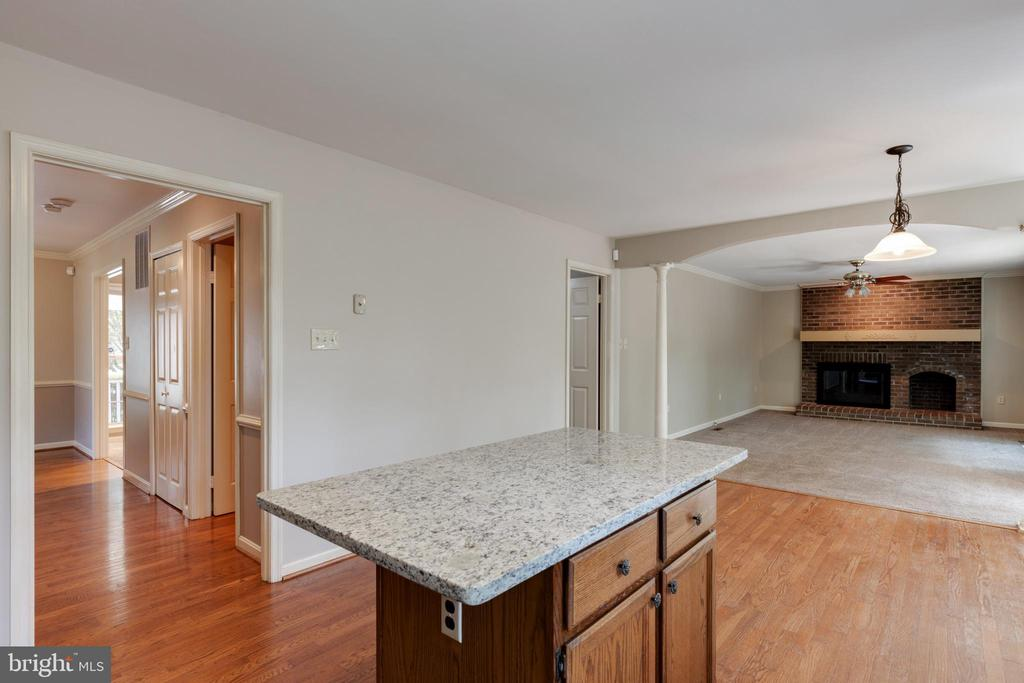 Kitchen opens to family room! - 15138 HOLLEYSIDE DR, DUMFRIES
