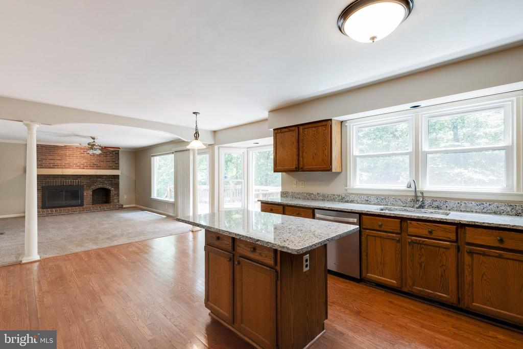Kitchen and family room! - 15138 HOLLEYSIDE DR, DUMFRIES