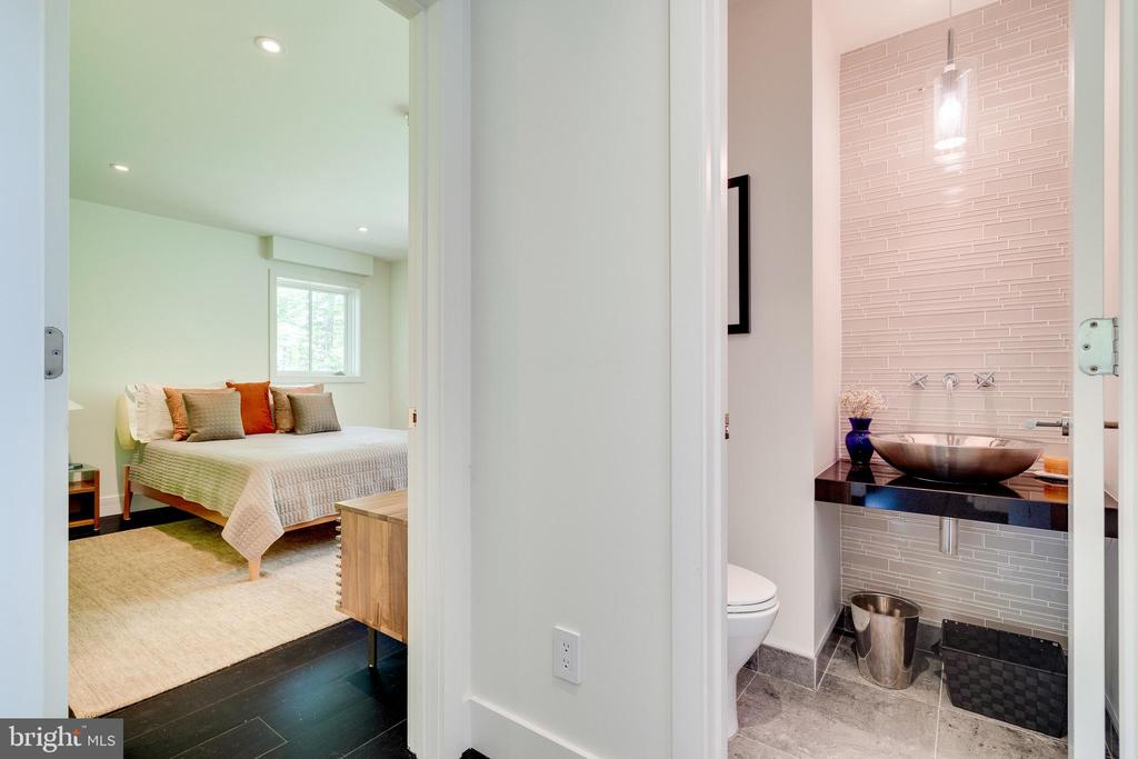 Bedroom with private bath - 3004 CUNNINGHAM DR, ALEXANDRIA