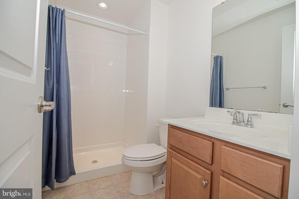 Full Bathroom - 31 RUNYON DR, STAFFORD