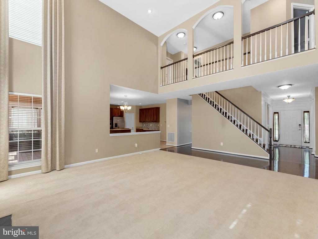 Open concept, upper level walkway overlooks family - 358 SUGARLAND MEADOW DR, HERNDON