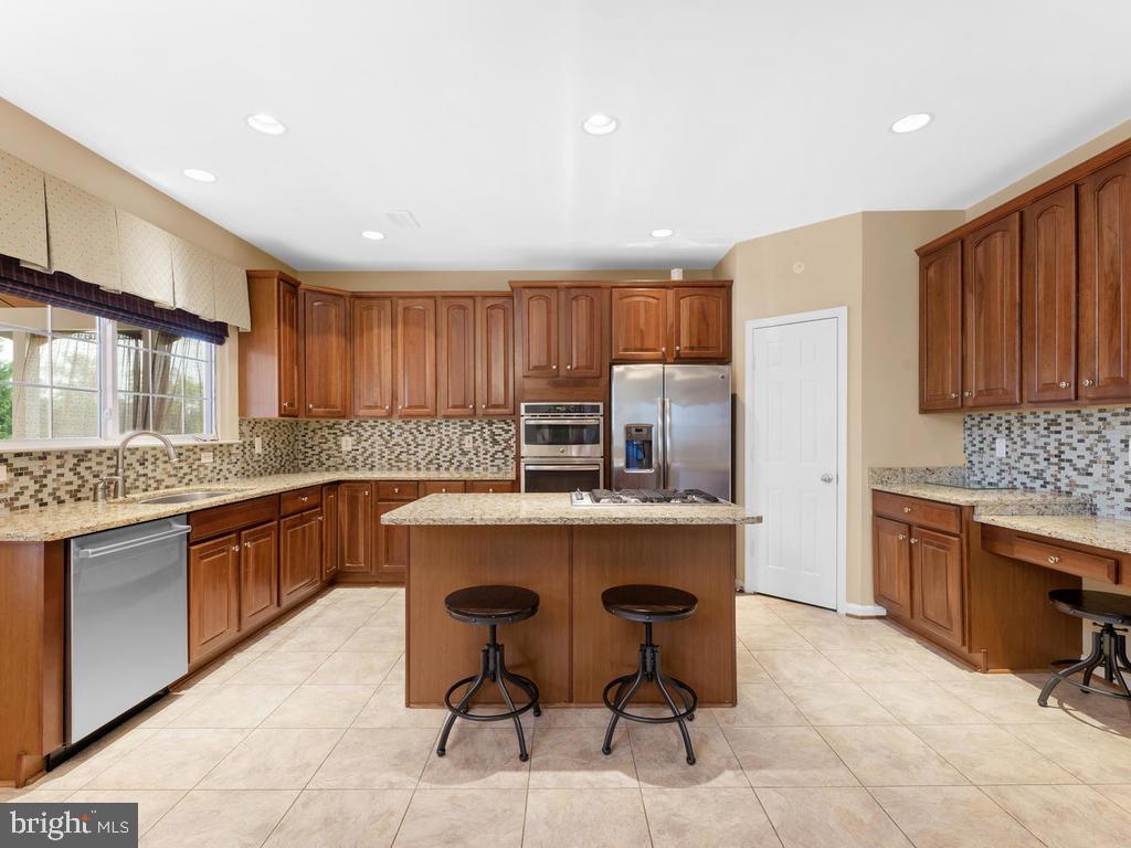 Kitchen, granite counters, Bosch dishwasher - 358 SUGARLAND MEADOW DR, HERNDON