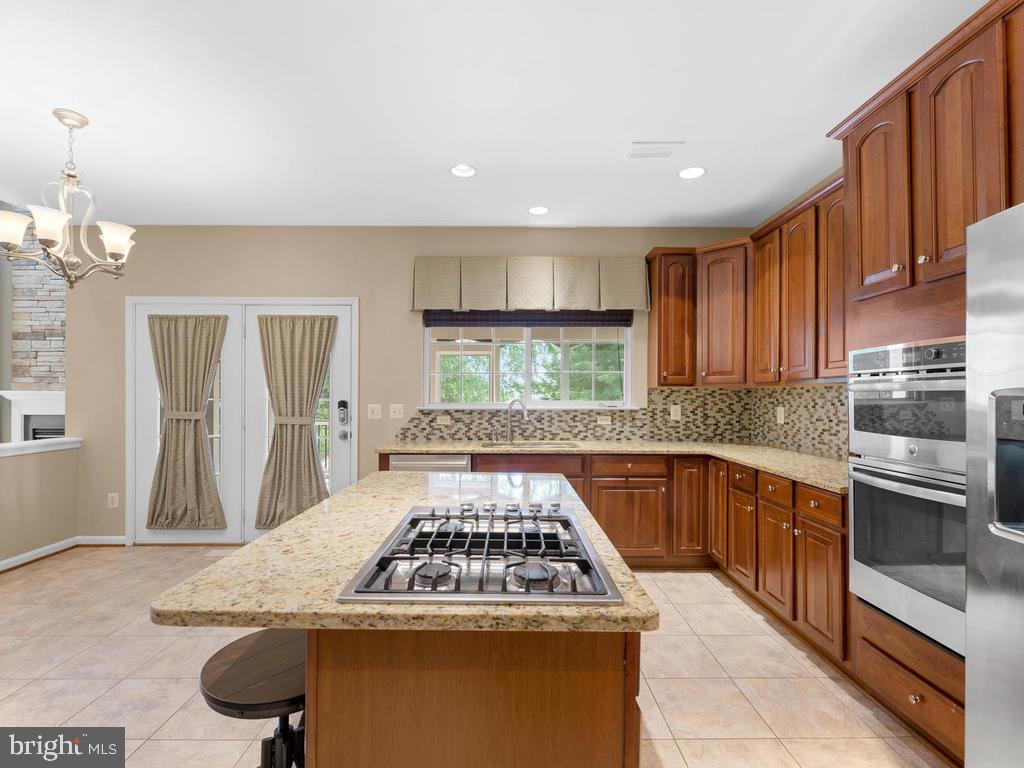 Central isle cooktop, water dispenser on fridge - 358 SUGARLAND MEADOW DR, HERNDON