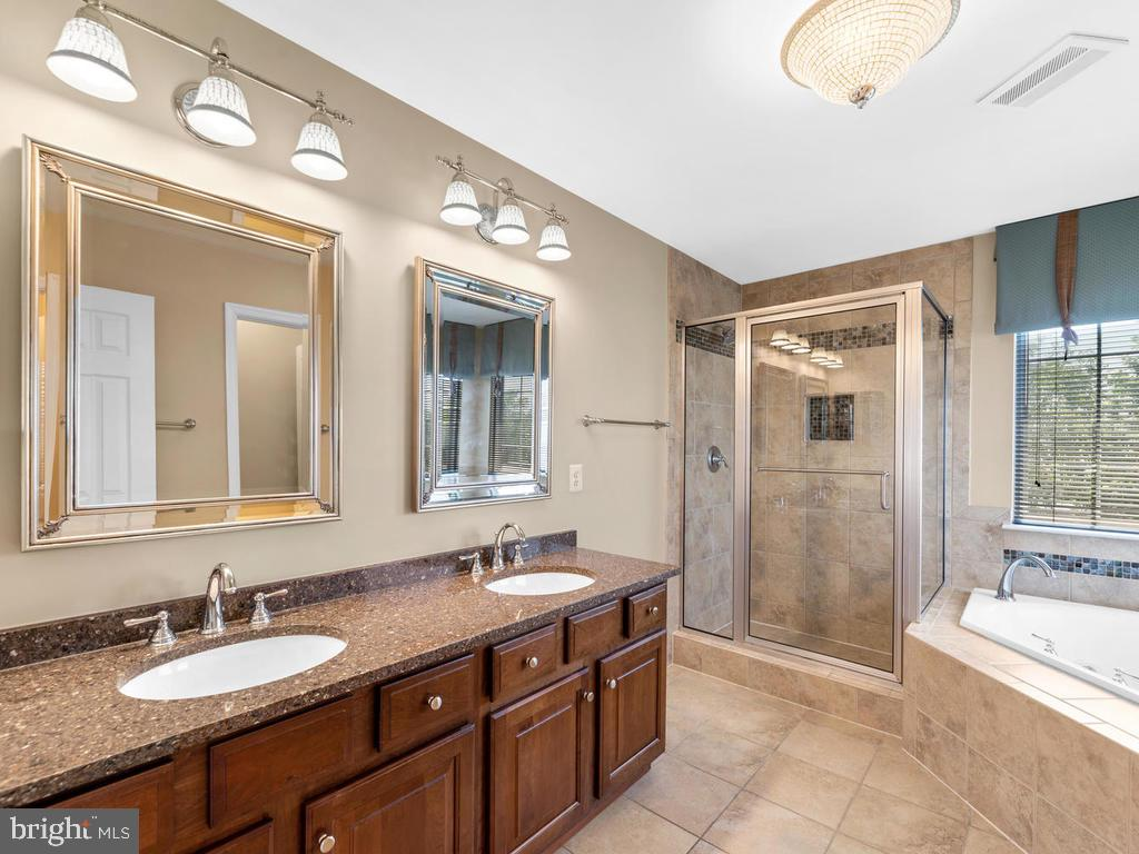 Tiled bath, double sink, mirror, granit countertop - 358 SUGARLAND MEADOW DR, HERNDON