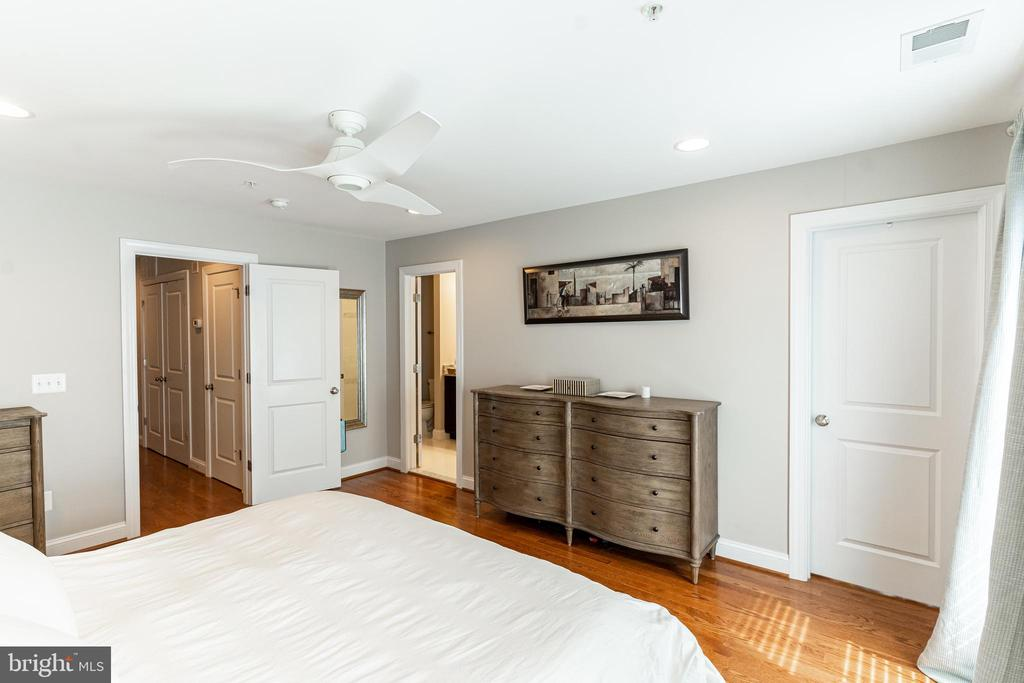 Hardwood floor through out - 1011 N KENSINGTON ST, ARLINGTON