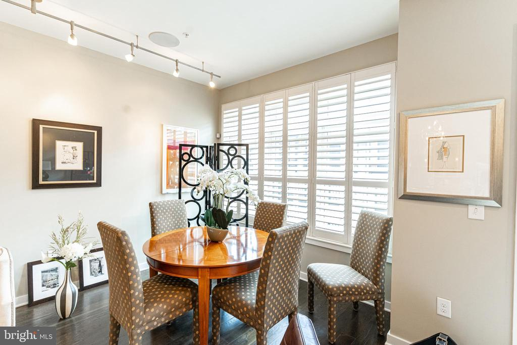 Dining for 5-6 - 1610 N QUEEN ST #245, ARLINGTON