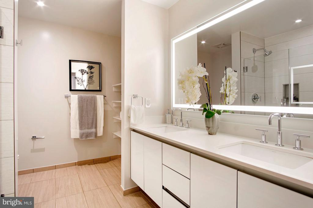 Owner's large bathroom with linen - 1745 N ST NW #208, WASHINGTON