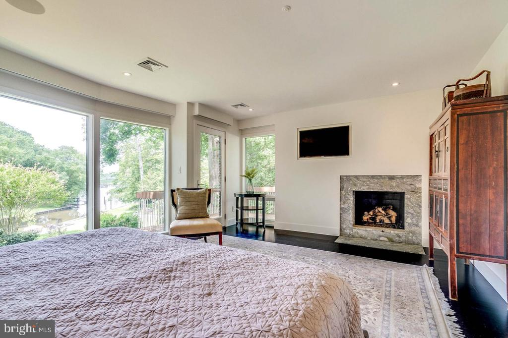 Master bedroom walks out to private balcony - 3004 CUNNINGHAM DR, ALEXANDRIA