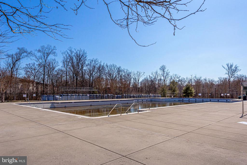 3 Swimming Pools - 43091 WYNRIDGE DR #301, BROADLANDS