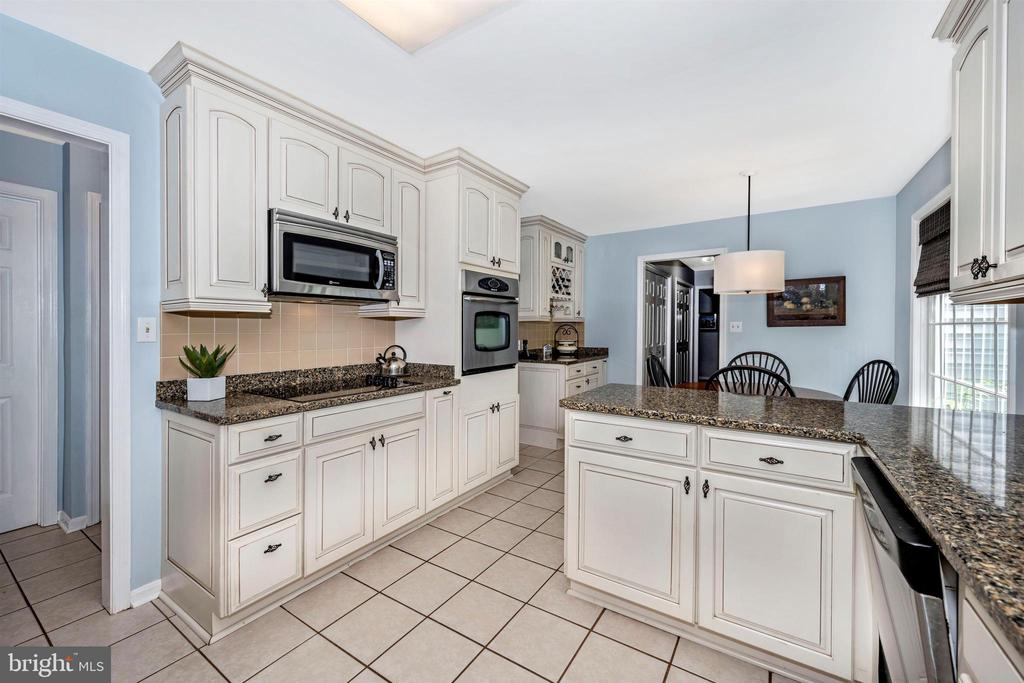Lots of counterspace in kitchen - 8707-A N PACIFIC CT, MIDDLETOWN