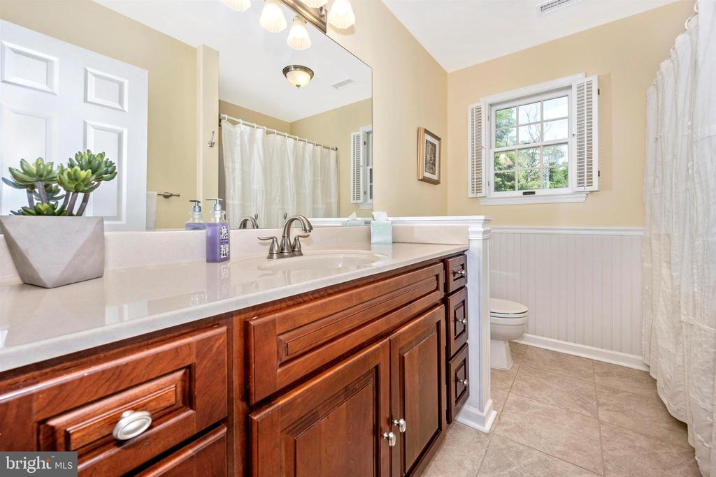 Upper level hall bathroom - 8707-A N PACIFIC CT, MIDDLETOWN