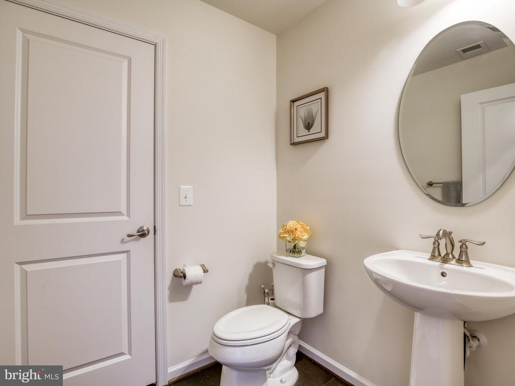 Bathroom on the lower level - 43409 SOUTHLAND ST, ASHBURN