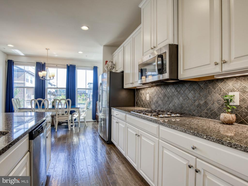 Upgraded cabinetry, granite and backsplash - 43409 SOUTHLAND ST, ASHBURN