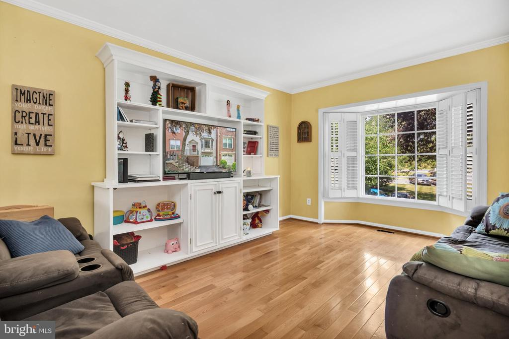 Tons of natural light in the family room - 249 DAVIS AVE SW, LEESBURG
