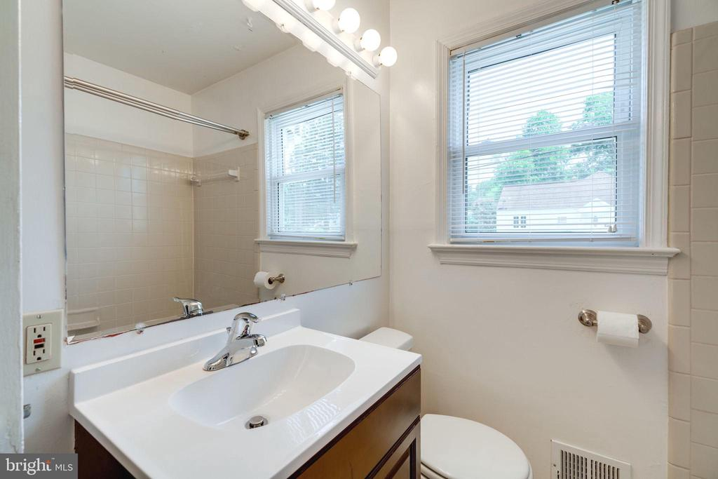 Hall Bath Main Level - 4108 ADDISON RD, FAIRFAX