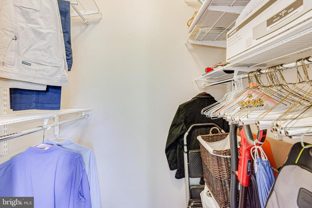 Big master walk-in closet - 9480 VIRGINIA CENTER BLVD #117, VIENNA