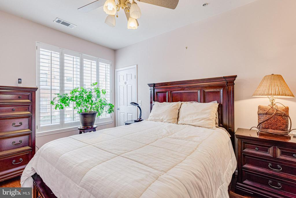 Master bedroom w/ ceiling fan. - 9480 VIRGINIA CENTER BLVD #117, VIENNA
