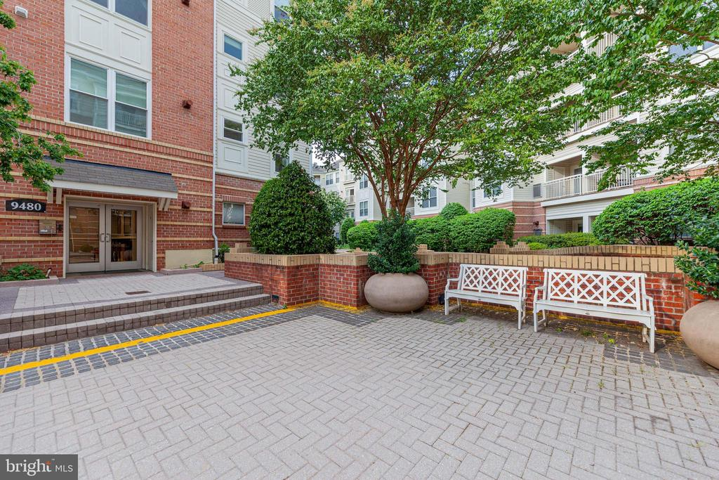 Courtyard by front entries. - 9480 VIRGINIA CENTER BLVD #117, VIENNA