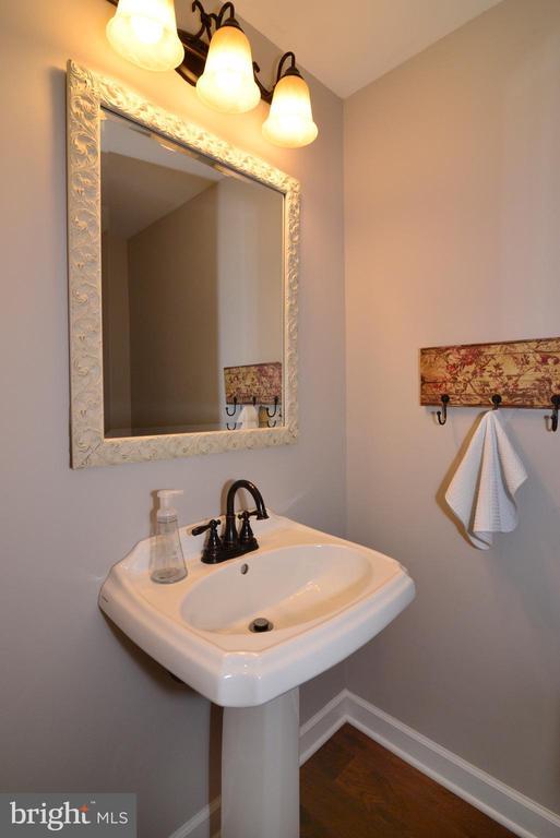 Main level half bath, updated light/fixtures! - 1613 FOLLEY LICK CT, HERNDON