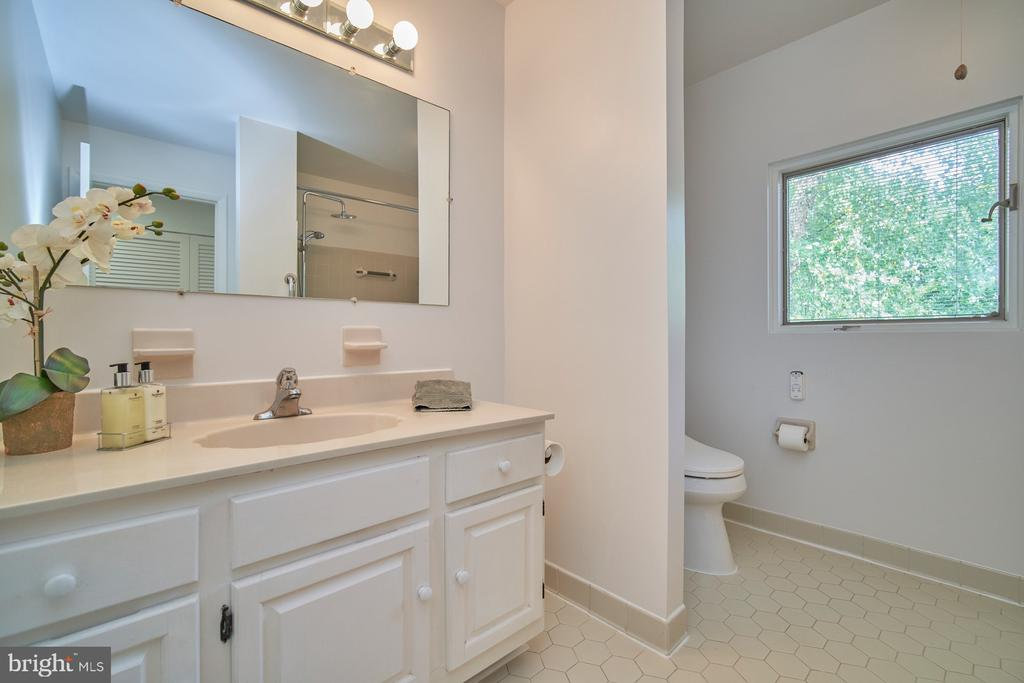 Hall Bathroom Upper Level - 1406 N JOHNSON ST, ARLINGTON