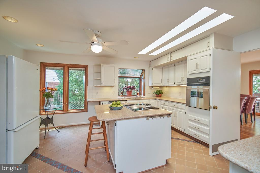 Large eat-in Kitchen with Island - 1406 N JOHNSON ST, ARLINGTON