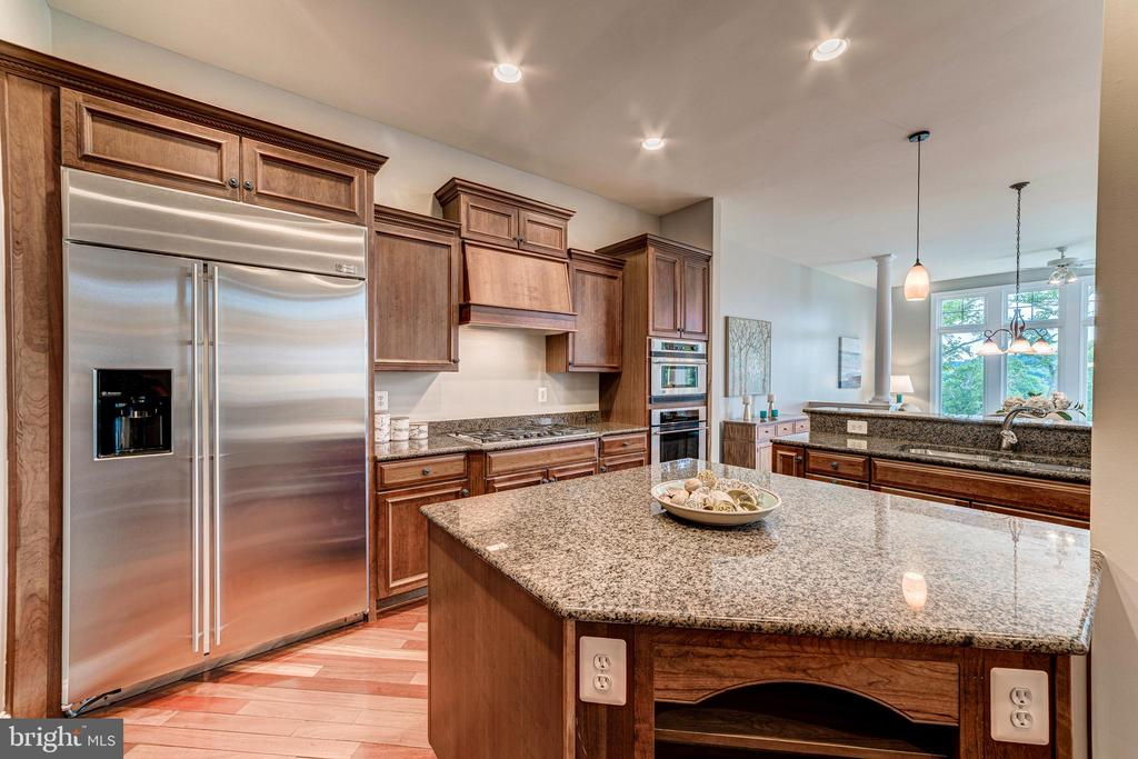 Expansive island and stainless steel appliances - 18382 FAIRWAY OAKS SQ, LEESBURG