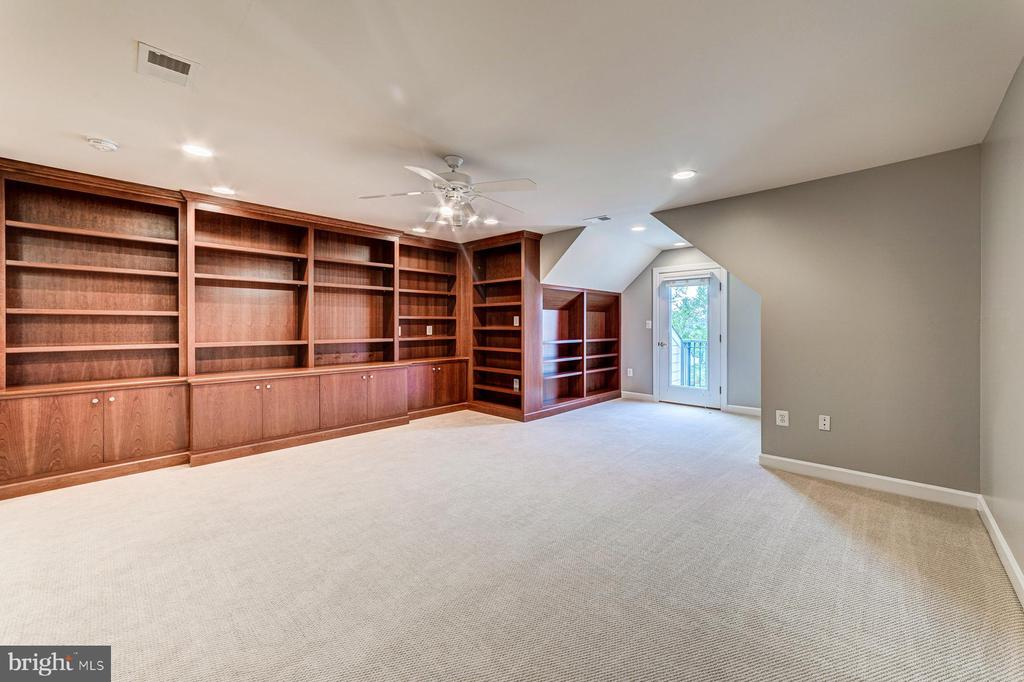 Library with incredible built-ins - 18382 FAIRWAY OAKS SQ, LEESBURG