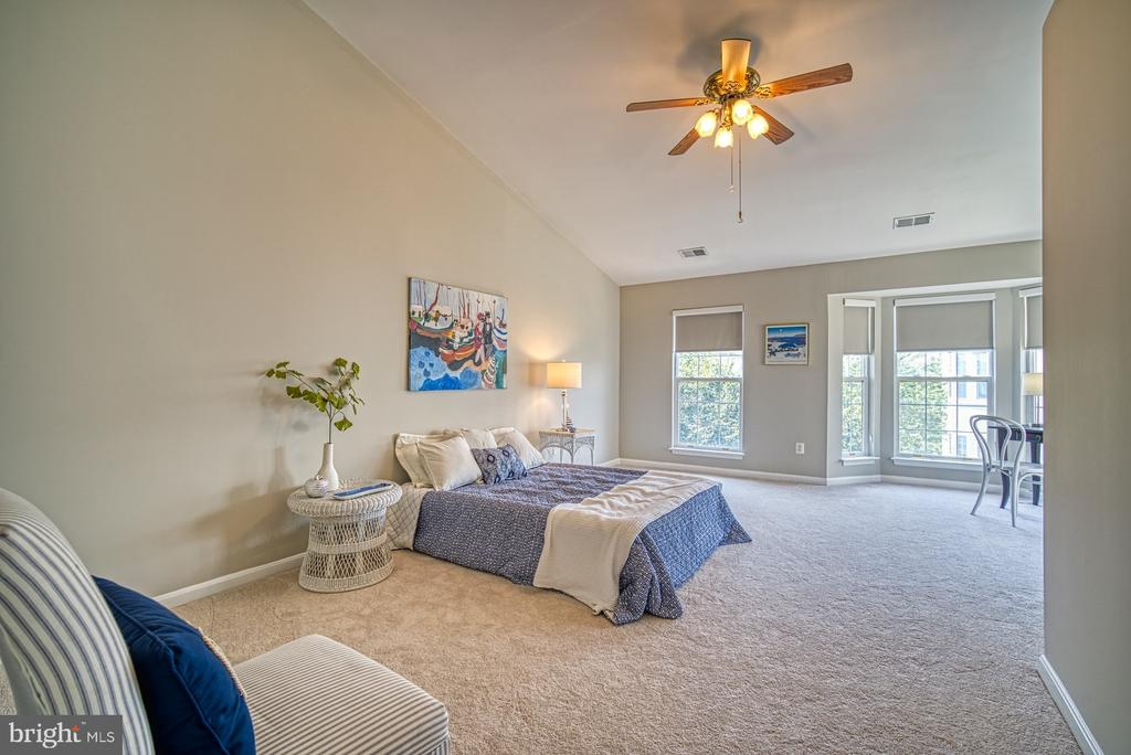 Oversized Master bedroom with ceiling fan - 2442 OLD FARMHOUSE CT, HERNDON