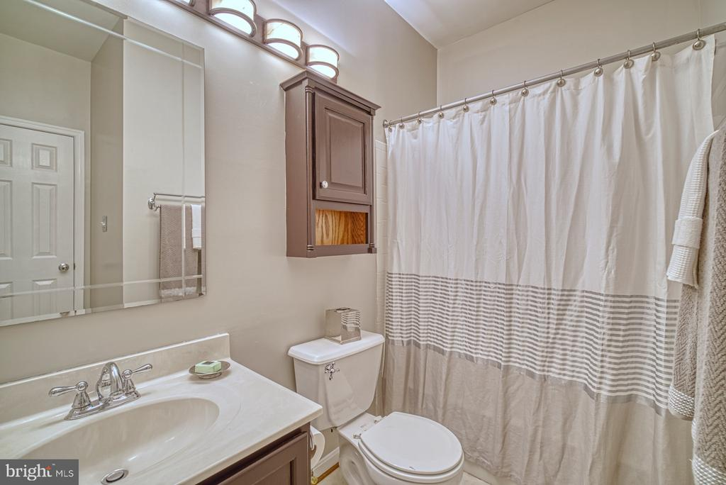 full bath with new light fixtures - 2442 OLD FARMHOUSE CT, HERNDON