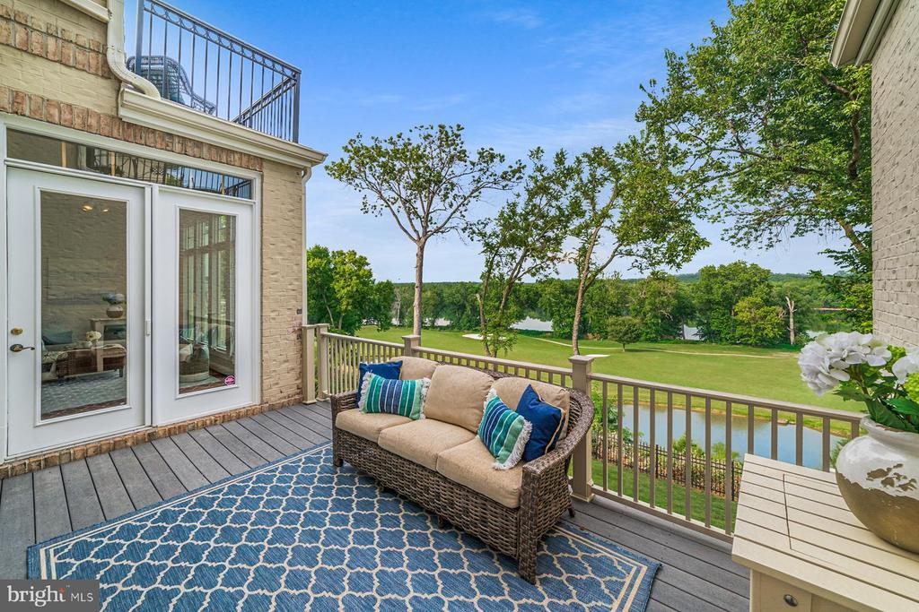 Deck overlooks the 18th fairway - 18382 FAIRWAY OAKS SQ, LEESBURG