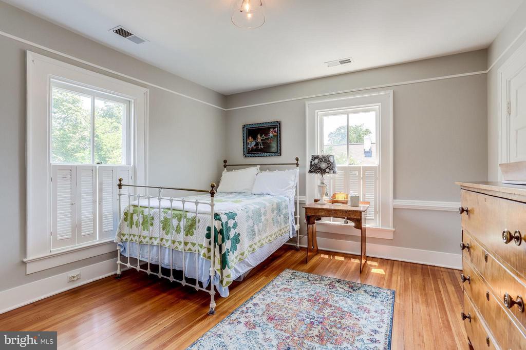 Bright bedroom! - 652 SPRING ST, HERNDON
