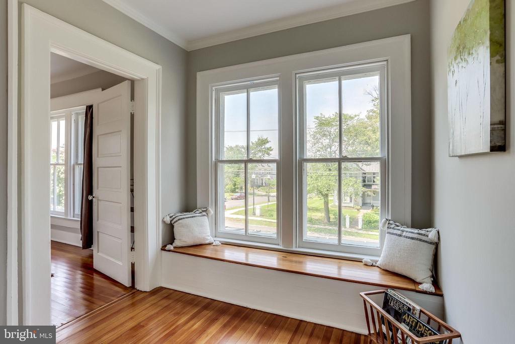 I love a window seat. - 652 SPRING ST, HERNDON