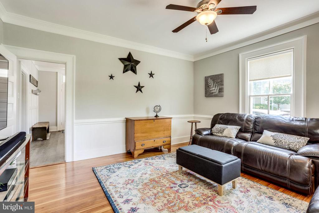 Super comfortable family room just off the kitchen - 652 SPRING ST, HERNDON