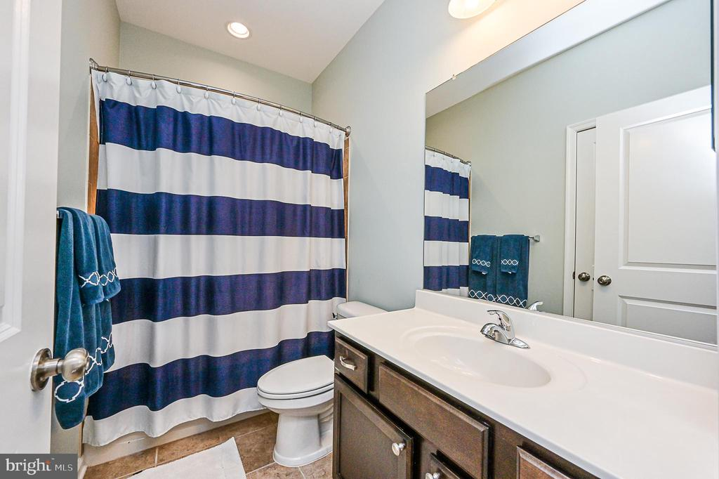 Hall bath. - 42297 DEMARCO TER, CHANTILLY