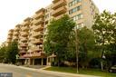 View of building / Stoneridge Knoll - 4201 LEE HIGHWAY #404, ARLINGTON