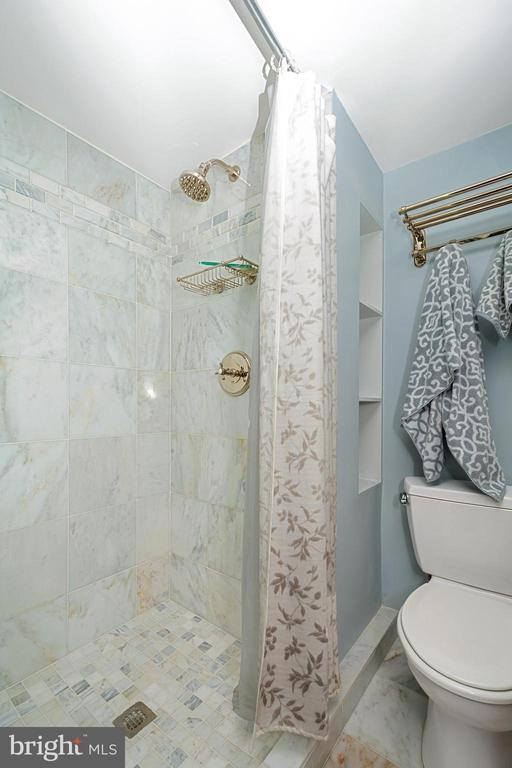 Second bath includes an expanded tiled shower - 5902 MOUNT EAGLE DR #609, ALEXANDRIA