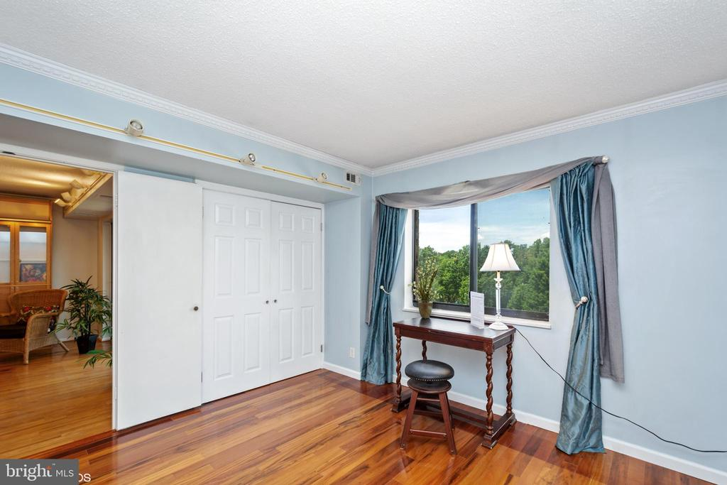 Second bedroom suite w/ double doors - 5902 MOUNT EAGLE DR #609, ALEXANDRIA