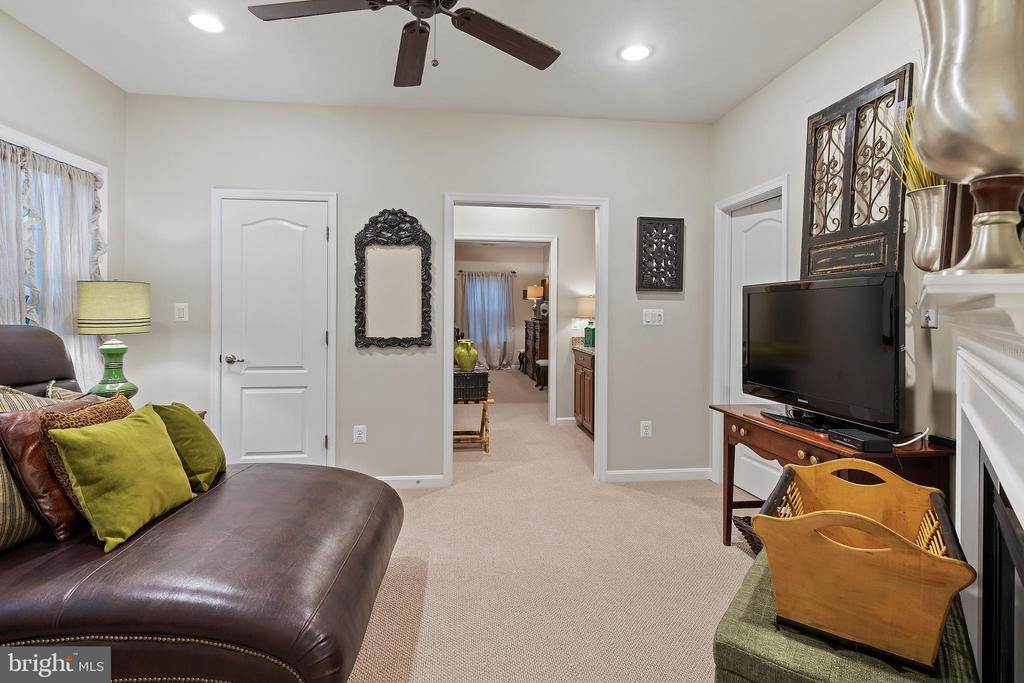 Bedroom & Hallway - 42050 MIDDLEHAM CT, ASHBURN