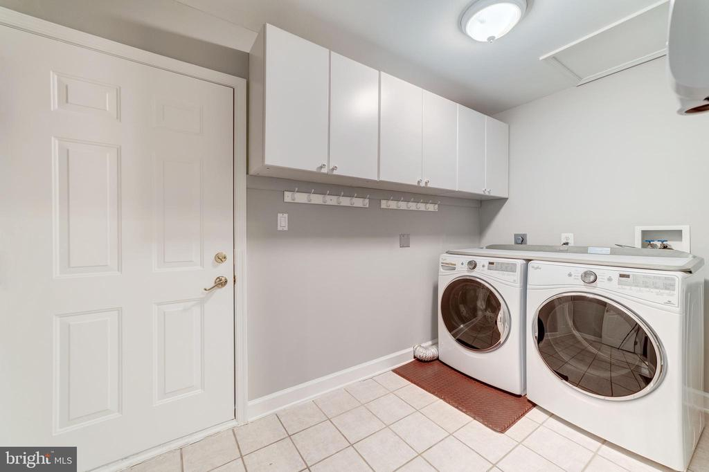 Laundry and Mudroom adjacent to Master Bedroom - 7395 BEECHWOOD DR, SPRINGFIELD
