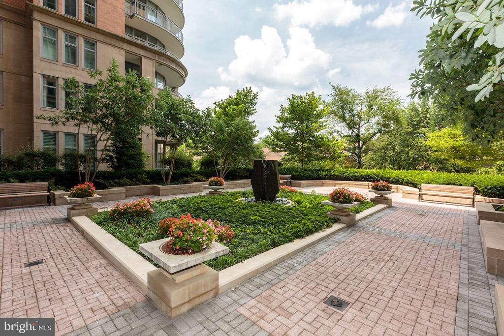 Garden/Patio - 8220 CRESTWOOD HEIGHTS DR #1814, MCLEAN