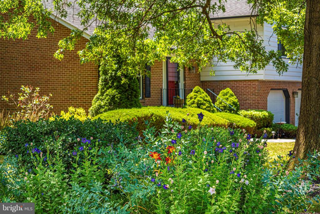 Extensive Landscaping - 7917 W BROOKRIDGE DR, MIDDLETOWN