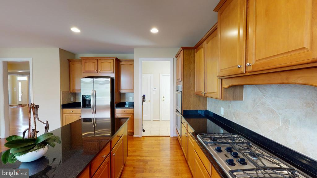 upgraded gas stove - 1410 MACFREE CT, ODENTON