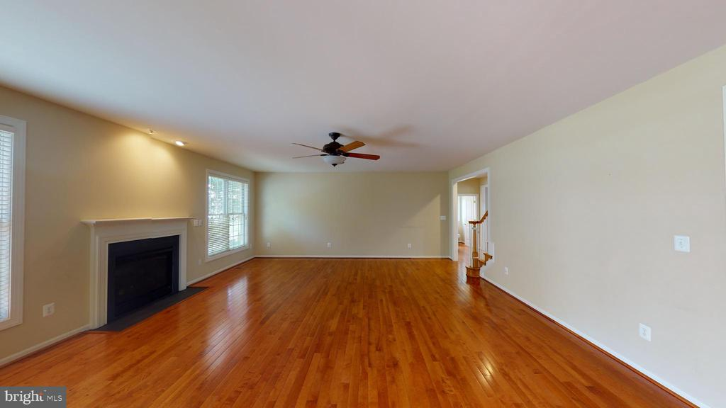 Gas fireplace in family room off of kitchen - 1410 MACFREE CT, ODENTON
