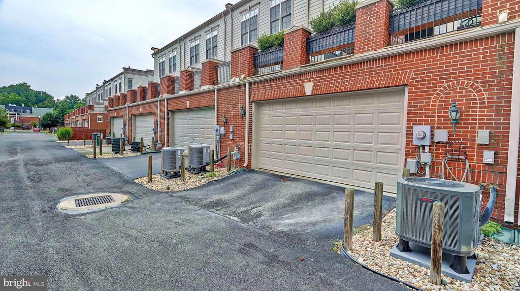 Large 2 car garage. - 476 HARBOR SIDE ST, WOODBRIDGE