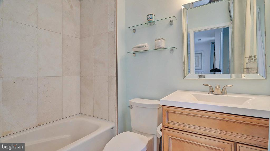 Renovated ensuite with new soaking tub. - 476 HARBOR SIDE ST, WOODBRIDGE