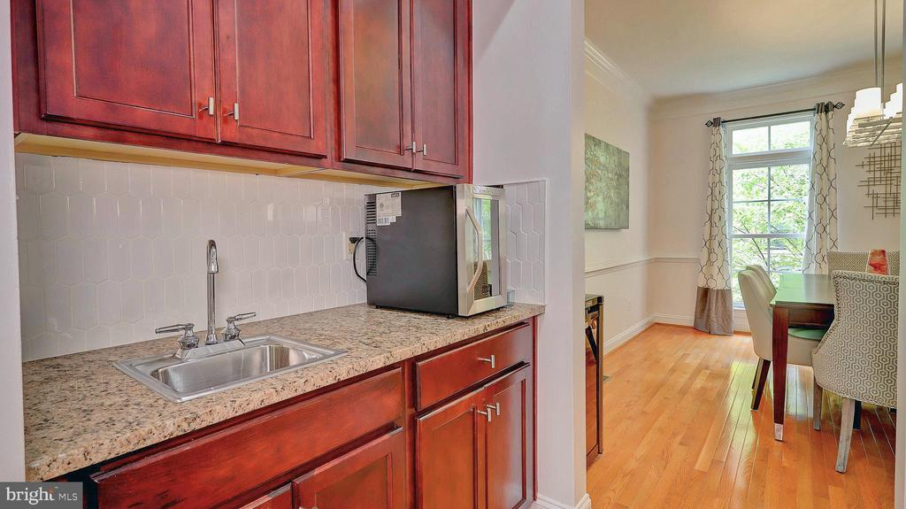 Butler's pantry with wet bar. - 476 HARBOR SIDE ST, WOODBRIDGE